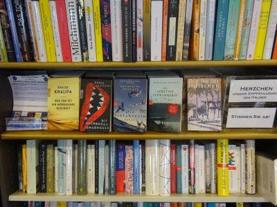 Herzchen-Bücher im Regal